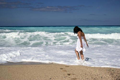 girl-429380_1280 Minimalist Guide To Dealing With Negative Emotions; Photo of woman walking along the surf